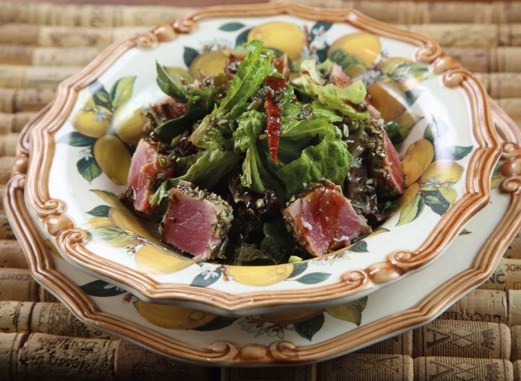 Салат с обжаренным тунцом и соусом терияки